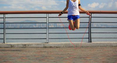 二重跳びをする女性