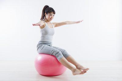 バランスボールに座ることができた女性