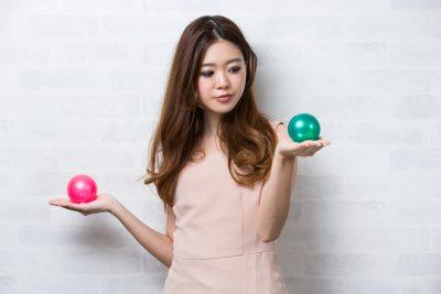 ボールの大きさを比較する女性