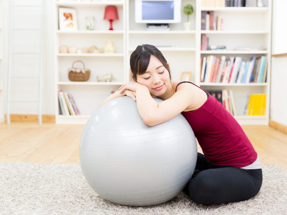 バランスボールダイエットをはじめる女性