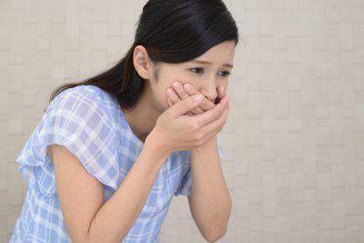 嘔吐に苦しむ女性