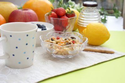 フルーツグラノーラの朝食