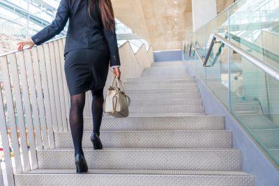 階段をのぼる女性