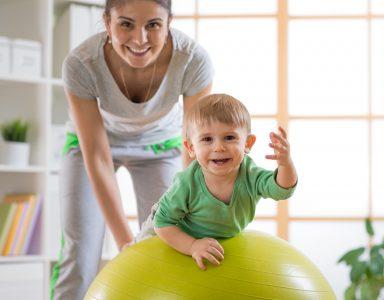 小さい子供とバランスボール