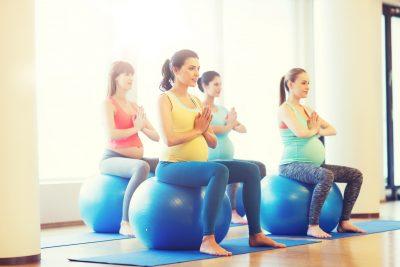 産後ダイエットにバランスボールを使う女性たち