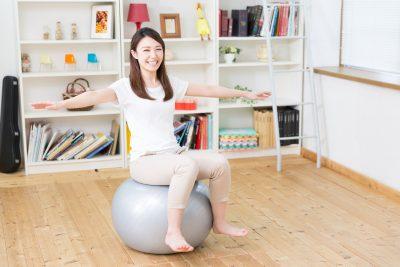 バランスボールに座る女性