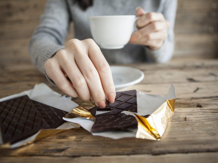 間食にチョコを食べる女性