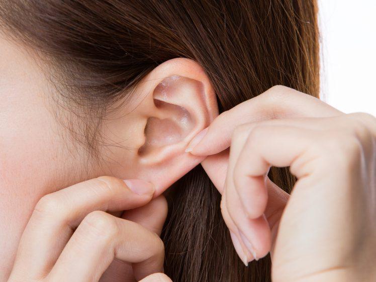 耳つぼダイエットを実践する女性