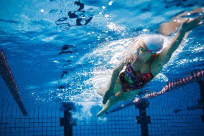 プールで泳ぐ女性 クロール