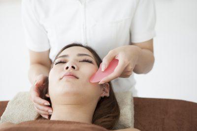 かっさでの小顔施術を受ける女性