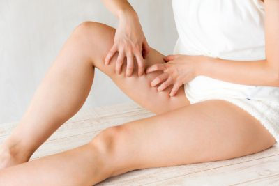 脚を掻く女性