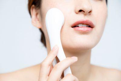 美顔器を使う女性