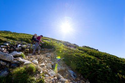 北アルプスの登山を楽しむ人