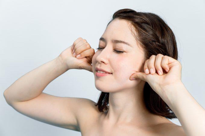 小顔マッサージを実践する女性