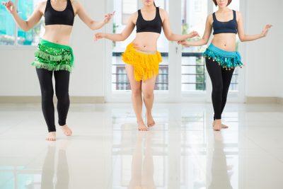 楽しそうに腰を振りベリーダンスをする女性