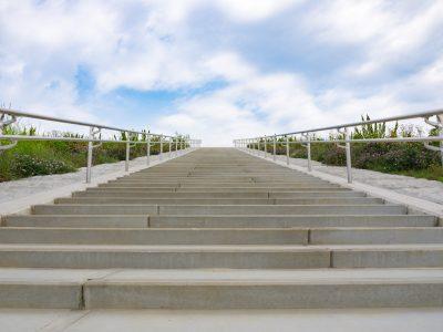 土手にある長い階段