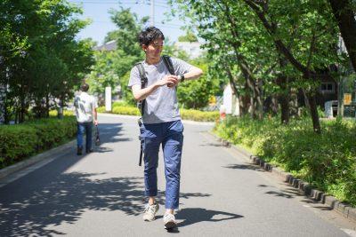 並木道を歩く男性