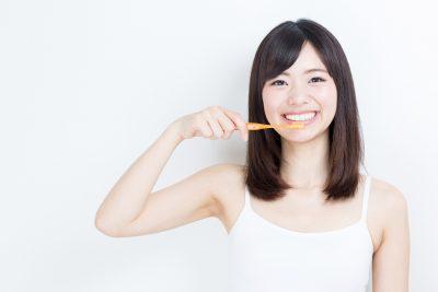 歯磨きダイエットをする女性