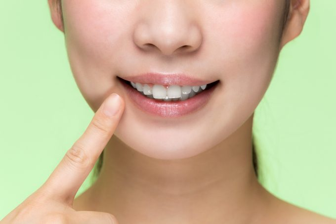 口角を上げる女性