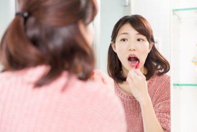 食事後に歯磨きをする女性