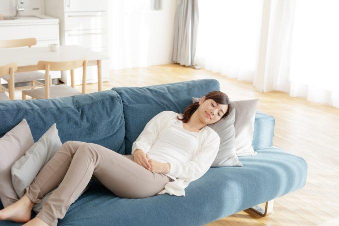 体を休める女性