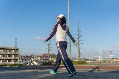 痩せるために歩く女性