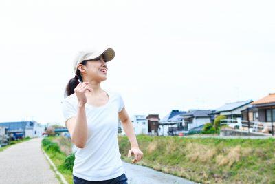 景色を楽しみながら歩く女性
