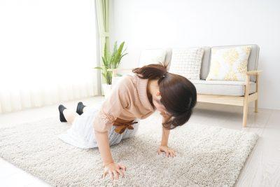 自宅で膝つき筋トレをする女性