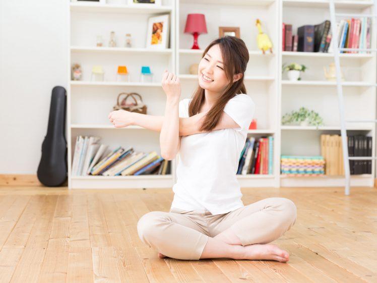 自宅で運動をする女性