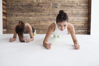 プランクでインナーマッスルを鍛える女性たち