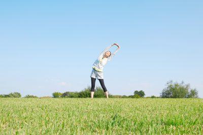 準備運動する女性 背伸び