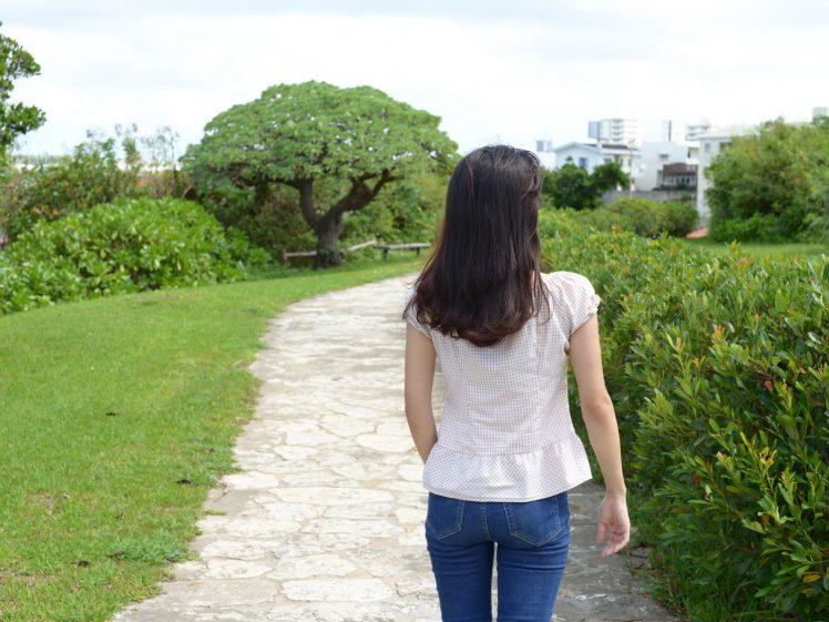 散歩を楽しむ女性
