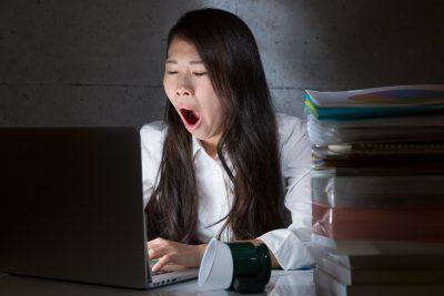 睡眠不足の状態で働く女性
