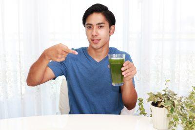 野菜ジュースを飲む男性