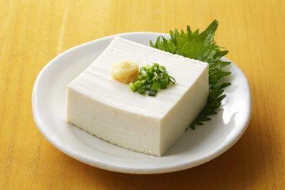 擦り下ろした生姜を豆腐に乗せている