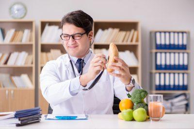 低カロリー食品かを調べる医師