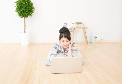 パソコンを見ながらバタ足ダイエットをする人