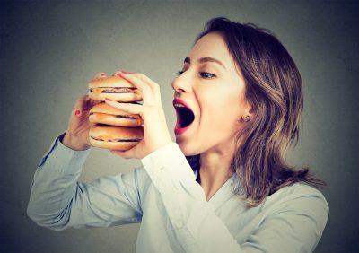 高カロリーの食事をする人