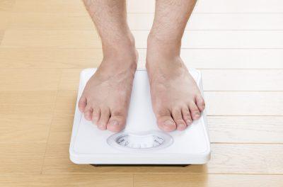 体重計に乗った人の足