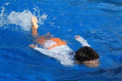 水泳のバタ足をする幼児