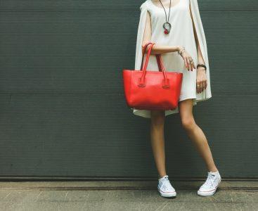 スニーカーを履いた美脚の女性