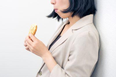 ストレスで食べ過ぎてしまう女性