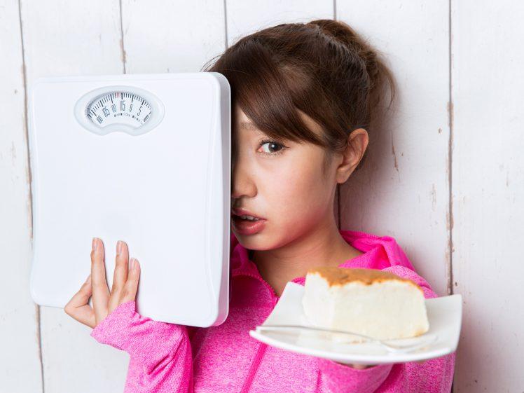 ダイエット中の止まらない食欲が辛い女性