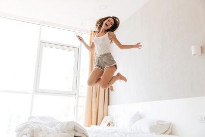 ジャンプすることでハッピーホルモンが出ている女性