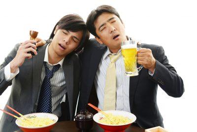 飲みのしめにラーメンを食べる男性たち
