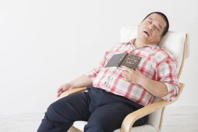 睡眠中の栄養を摂取してそうな男性