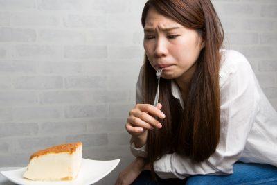 食欲を抑える女性