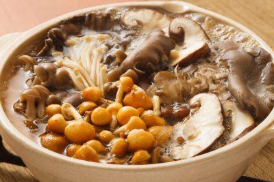 多種類のきのこを入れた鍋