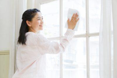女性 窓拭き リビング