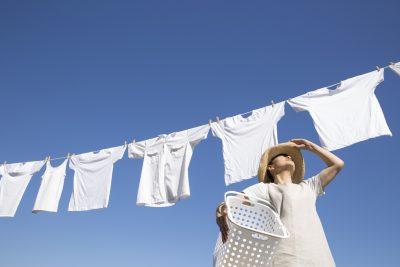 洗濯干しをする女性
